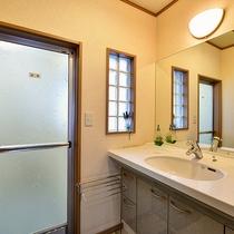 *[庭側和室一例]広々とした洗面台が女性に好評です