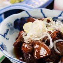 *[夕食/甲州鳥もつ煮プラン一例]宿屋で「甲府鳥もつ煮」を提供できるのは蕎麦屋併設の当館だけ!