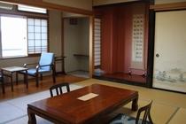 妙義山を望む広い客室「鐘の音」(10畳+広縁4畳)