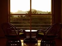 「赤とんぼ」部屋の窓辺から