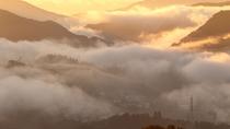 濃い雲海に包まれる高千穂の町