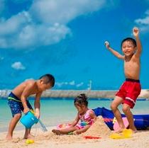 サンセットビーチで砂遊び