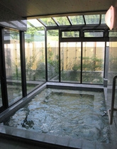 湯船の天井は強化ガラスで最高の開放感!白御影風呂