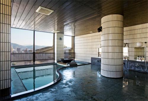 朝は6時より入浴可能♪以前よりビルが立ちましたが、6階からの京都の展望が望めます6階大浴場(男湯)