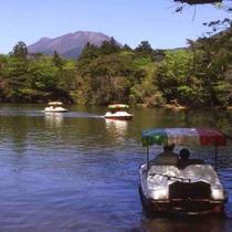 <白雲の池>当館より歩て15分。野鳥や昆虫も豊富で、湖畔からは平成新山も遠望できます。夏は涼しく、避