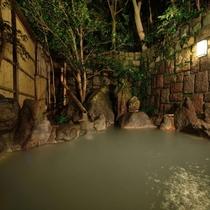 【貸切露天風呂(夜)】広々とした貸切の庭園式露天風呂はお子様連れのご家族や カップルに好評です!