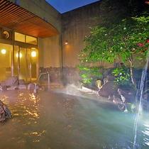 【天空の湯「露天風呂」】300年以上湯番さんが守り抜いている本物の伝統湯で癒しのひと時を。