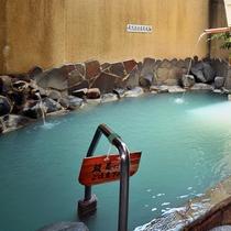 【露天風呂】硫黄の白く細かい湯の花が舞う露天風呂でごゆっくりお寛ぎください。