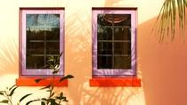 宿泊棟 カラフルな外壁と窓枠