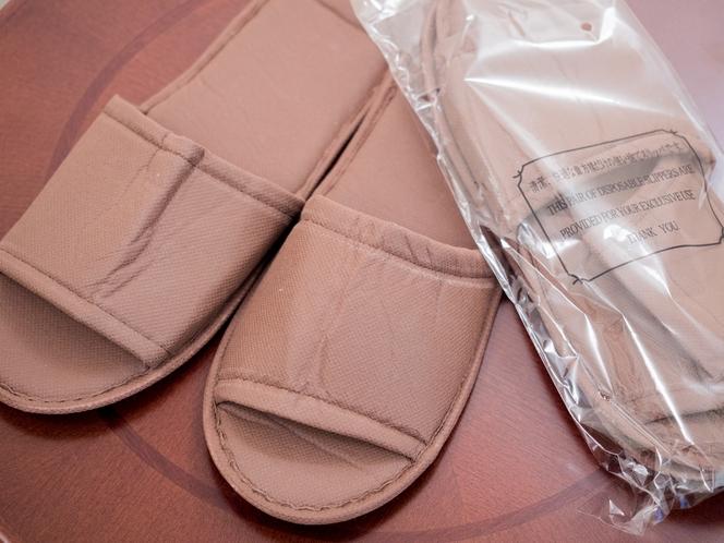 客室には使い捨てスリッパもご用意しております。お足元も常に清潔で安心です。