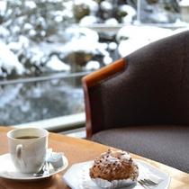 雪景色を眺めながら静かなひと時を過ごせる1階ティーラウンジ