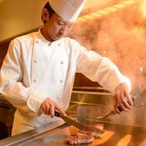 牛タン焼きなどお客様の目の前で調理する『御食事処・思いのまま』の調理風景(料理一例)