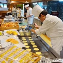甘い香りに食欲もそそるフレンチトーストやパンケーキもお客様の目の前で調理いたしております。