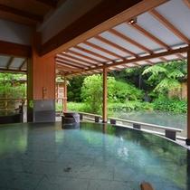 四季折々の日本庭園の景色を眺めながらお寛ぎ頂ける16趣お風呂の中で1番人気【水心鏡・満月風呂】
