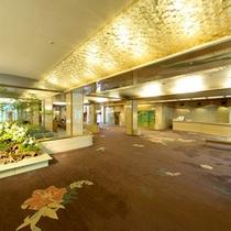 広々とした1階ロビー。入館頂いたときから静かでのんびりとした時間を感じて頂けます。