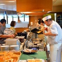 お客様の目の前で作る料理の数々。焼き上がる音や香ばしい香りなど五感を刺激する朝食メニューの数々。