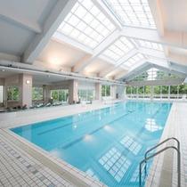 雨の日でも天気を気にせず遊べる屋内温水プールはチェックイン前の12時から無料でご利用頂けます。