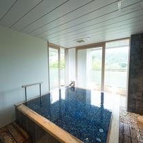 太陽の光が差し込み湯船の色が青く輝くときも!貸切温泉家族風呂【流芳】