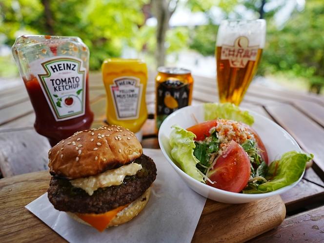 BBQで好評のハンバーガーとクラフトビールをお部屋で愉しめる