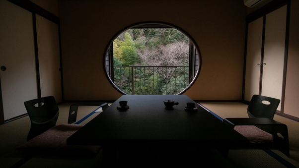 川側 丸窓付モダン和洋室|ツインベッド付禁煙室 景観良好