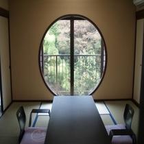 10畳+10畳+広縁付和洋室「起雲の間」。バリアフリー構造、ツインベッド付きの禁煙ルーム。