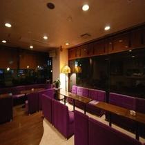 【ラウンジ】夜はカラオケコーナーとなっております!湯上りドリンクサービスはこちらで承っております。