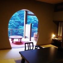 8畳+4.5畳露天風呂付き特別室「わさびの間」。源泉掛け流し露天風呂を24時間ご堪能ください。