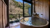 【8畳+4.5畳露天風呂付客室】山さびの間。源泉掛け流しを24時間ご堪能頂けます。