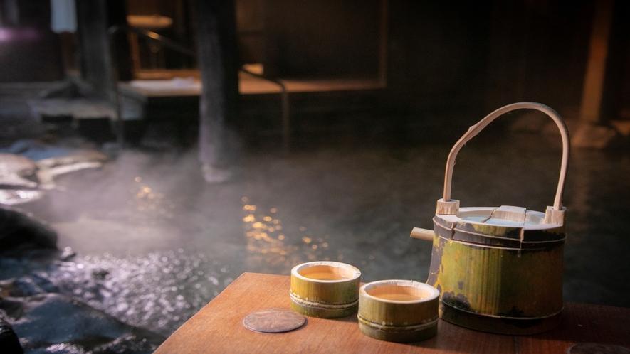 貸切露天風呂では、月見酒がオツ!竹徳利冷酒1合1600円。