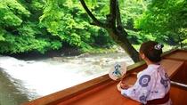 【夏】開放的な渓流沿いテラス