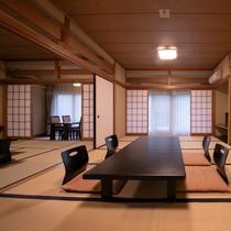 山側デラックスルーム【和室12畳+10畳+広縁】定員8名さま。2間続きの客室は、グループ旅行に最適