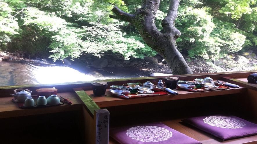 渓流沿いテラス朝食