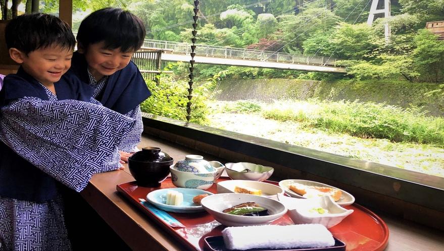 渓流沿いテラス朝食。お子さまと一緒に非日常の一時を。