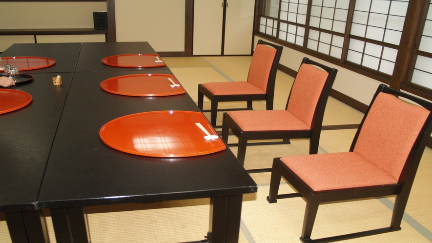 【足の不自由なお客様へ】高椅子でのお食事セットも可能でございます。