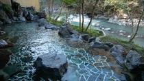 【渓流沿い大浴場露天風呂】早川を眼下に望む絶好のロケーション