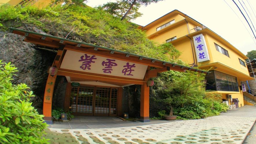 【正面玄関】江戸時代よりの「塔ノ沢の名所」として知られる大岩「勝驪山(しょうりざん)」が目印です
