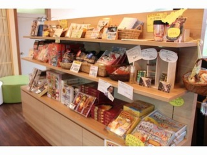 お土産コーナー。能登や金沢ならではのお菓子など色々。