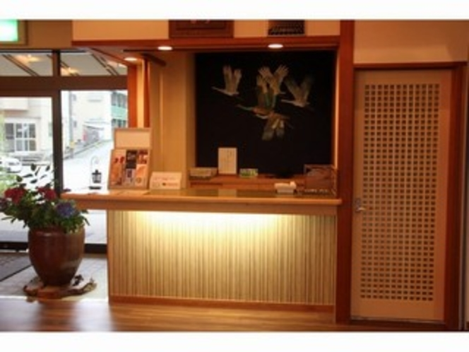 フロント。350年の伝統、田鶴浜建具を使用したドア。