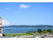 お部屋から七尾湾と能登島の風景を望む。ゆっくりとした時間をお過ごしください。