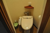 和室10畳、8畳の客室トイレ。ウォシュレットタイプ。少し狭くてごめんなさい。