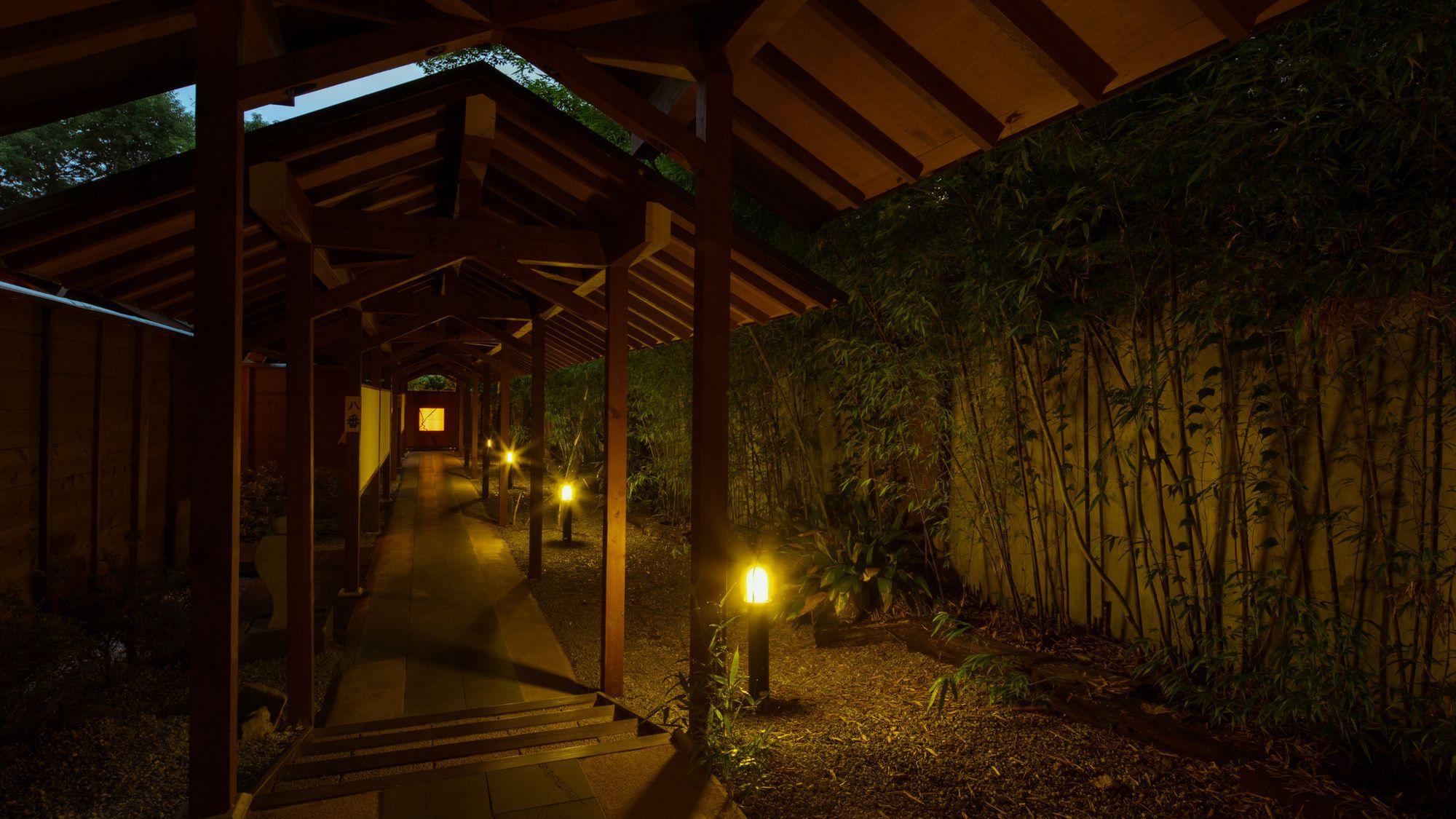 庭園を臨む 離れの貸切風呂「ほおずき亭」夕暮れ