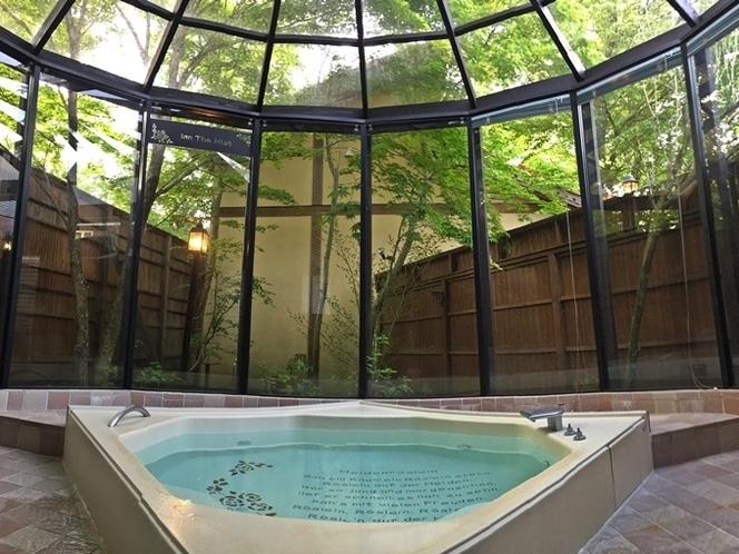 木洩れ日がまぶしいガーデン風呂