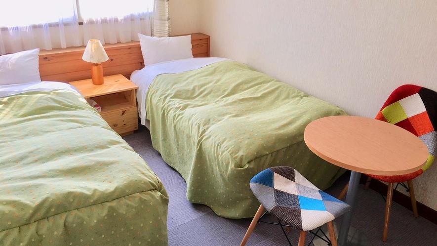 ・【洋室ツイン一例】シンプルなお部屋でゆっくりお寛ぎください