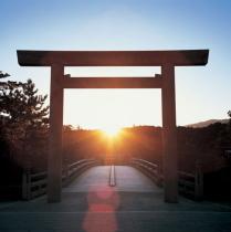 朝日に映える伊勢神宮