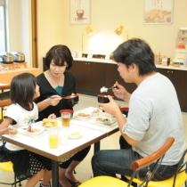 ご家族で朝のひと時 お子様の朝食は無料です