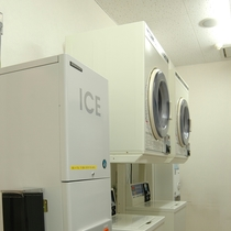 コインランドリー 洗濯機、乾燥機が各2台あります 24時間営業