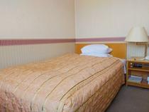 【シングルルーム】機能的で充実した設備の客室。122cm幅ベッドでゆっくりお休みください♪