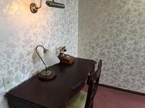 【スイートルーム】アンティークテイストの家具を上品にまとめたインテリアが特別な時間を演出♪
