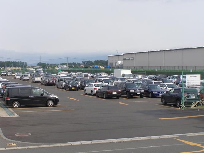 300台収容の無料駐車場