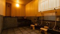 源泉かけ流し貸切風呂の源泉は硫黄分を多く含んでおり、真っ黒な黒い湯となっております。